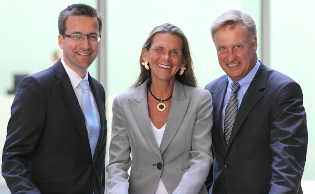 Ole von Beust (rechts) mit Antje Montag und Christian Kuppig, <br> Vorstände bei CH2