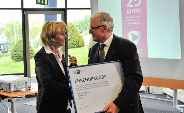 Plansecur-Geschäftsführerin Anette Trayser erhält die IHK-<br>Jubiläumsurkunde aus den Händen des Hauptgeschäftsführers <br>der IHK Kassel, Walter Lohmeier.