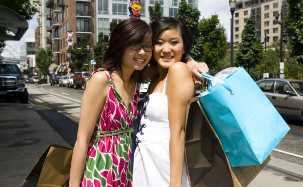 Asiatinnen beim Shopping. Aufholprozess der <br> Schwellenl&auml;nder setzt sich fort . Quelle: Istock