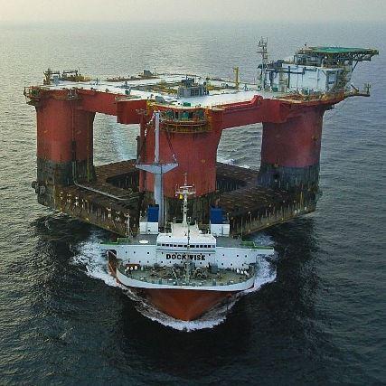 Die Plattform Atlantis von BP wird im<br>Golf von Mexiko in Position gebracht<br>Foto: BP