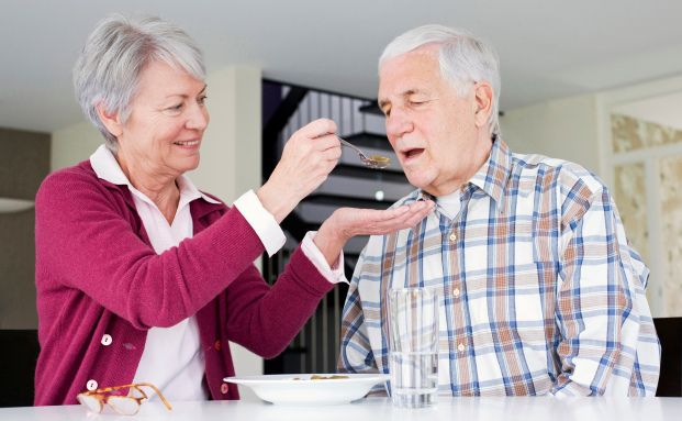 In einer Senioren-WG hilft man sich. Quelle: Axa