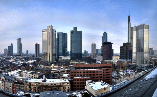Frankfurter Bankenviertel: An Finanztiteln scheiden sich derzeit <br> die Geister. Die einen sind nach den j&uuml;ngsten Kursverlusten <br> wieder optimistische, andere bleiben kritisch, Quelle: Fotolia