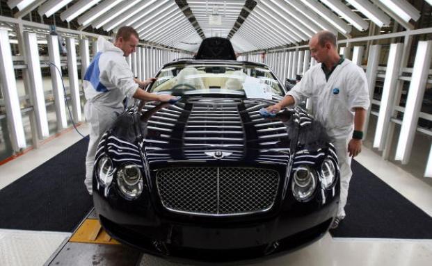 Finale Prüfung für einen nagelneuen Bentley im Bentley-Werk in Crewe, England. Die VW-Niederlassung auf der Insel legt einen Teil ihrer Pensionsrücklagen in Fonds mit Absolute-Return-Ansatz an. Foto: Getty Images