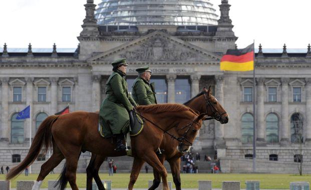 Pferdepatrouille vor dem Reichstag in Berlin. <br> Die deutschen Aktienfonds gehen aus der BVI Statistik als <br> Spitzenreiter hervor. Quelle: Getty Images