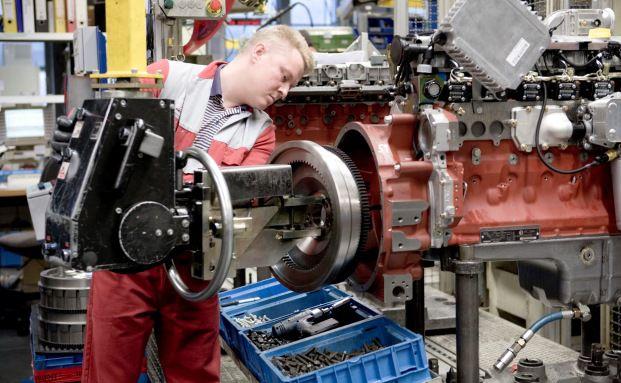 Ein Arbeiter bei der Deutz AG. In Deutschland <br> treibt die gute Konjunktur die Preise  zus&auml;tzlich. <br> Quelle: Andreas Fechner