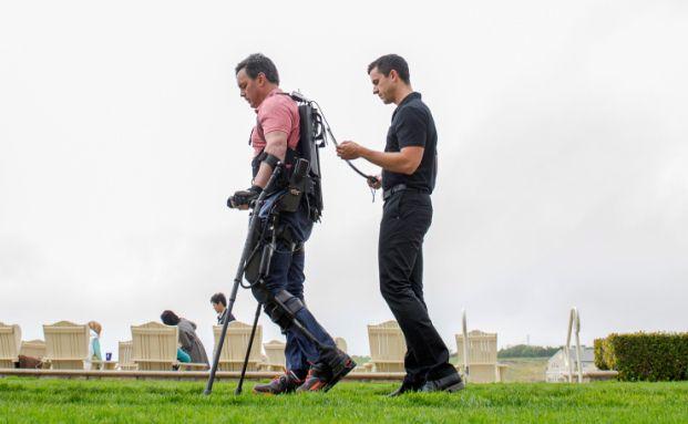"""Chris Tagatac nutzt ein Exoskelett von Ekso Bionics auf dem Bloomberg-Gipfel """"Next Big Thing"""" in Half Moon Bay, Kalifornien. Exoskelette ermöglichen es zum Beispiel querschnittsgelähmten Menschen, wieder gehen zu können (Foto: Bloomberg)"""