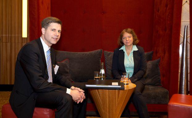 Henning Bergmann mit Redakteurin Svetlana Kerschner auf dem Finanz Planer Forum in Düsseldorf. Foto: Axel Jusseit
