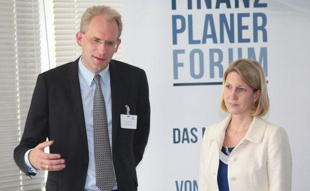 Ein Highlight des Finanzplaner Forums Nord: Die Rechtsanwälte Constanze Kugler und Christian Thiele gaben einen unterhaltsamen Einblick in die Stolperfallen bei Immobilientransaktionen. Foto: Oliver Lepold