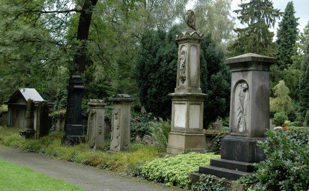 Friedhof in Iserlohn: Verstirbt ein Ex-Ehepartner, kann der andere Ex-Partner seine Rentenanspr&uuml;che zur&uuml;ck&uuml;bertragen lassen. Foto: Anna Meister, <a href='http://www.pixelio.de' target='_blank'>pixelio.de</a>
