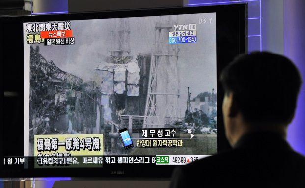 Ein S&uuml;dkoreaner verfolgt die Ereignisse im Atomkraftwerk <br> Fukushima im Fernsehen. Quelle: Getty Images