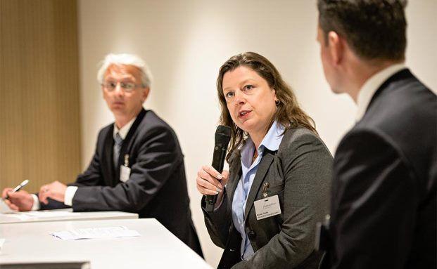 Über 550 Besucher kamen zur funds excellence 2015. Hier in der Diskussion zu Stiftungsfondsanbietern: Nicole Török, Ökorenta. Foto: Uwe Nölke/Lutz Sternstein