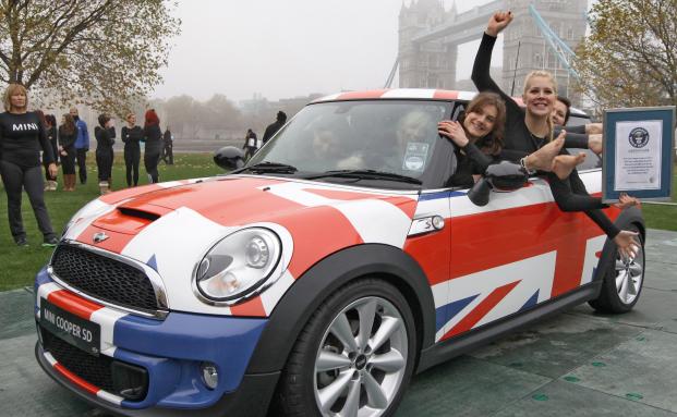 28 Turnerinnen haben sich in einen Mini gepresst und stehen nun im Guinessbuch der Rekorde. Auch am Anleihemarkt ist momentan Flexibilität gefragt. (Foto: BMW Group)