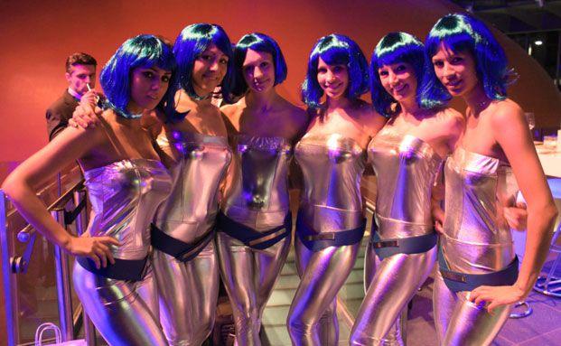 """Als Spacegirls verkleidete Hostessen, die nach dem Vortrag von Carsten Maschmeyer seinen Bestseller """"Selfmade"""" an die Besucher verteilten"""