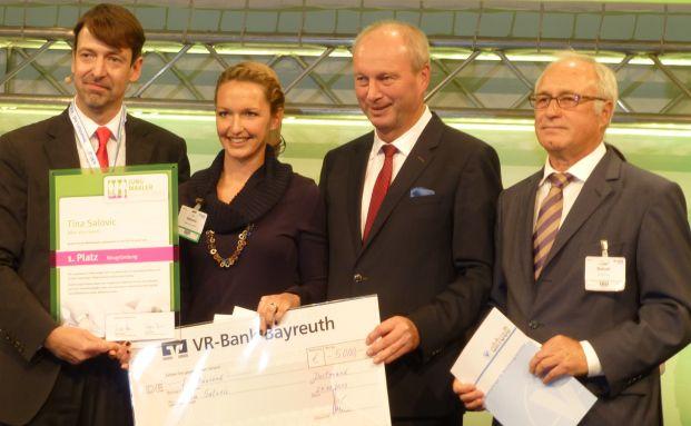 Moderator Steffen Ritter mit der Gewinnerin Tina Salovic und den Jurymitgliedern Dieter Knörrer und Günther Soboll (v.l.). (Foto: Svetlana Kerschner)