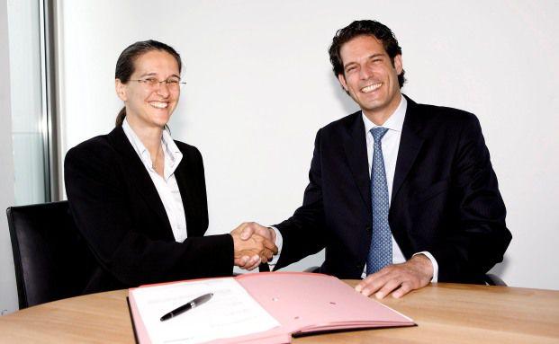 Katharina Herrmann, Marketing-Vorstand der ING-DiBa, und Christian Bielefeld, Vorstand Vertrieb bei der Hannoverschen, unterzeichnen den Kooperations-Vertrag zur Riester-Rente Plus.