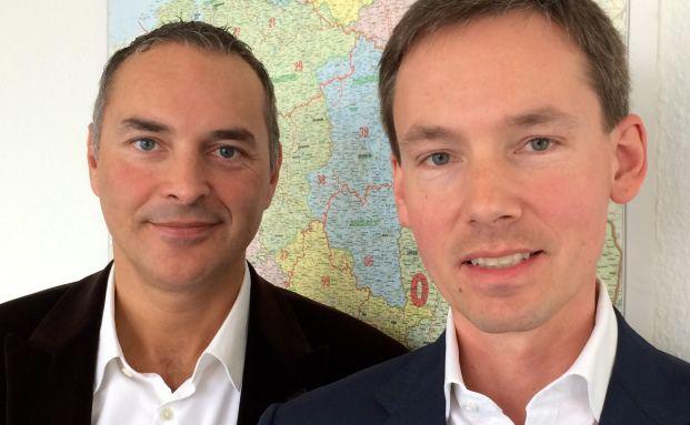 Stephan Heiss (links) und Pascal Spano sind Gründer und Geschäftsführer von passt24. Die Landkarte dahinter steht für das Regionalprinzip des Portals. Die Idee ist, dass Kunden und Vermittler persönlich Kontakt miteinander aufnehmen. Foto: passt24