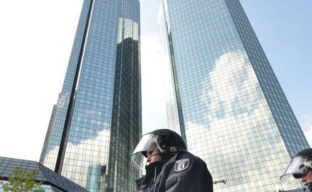 Polizei-Aufgebot während einer Demonstration der Blockupy-Bewegung: Die linke Organisation steht auf Kriegsfuß mit der Politik der Europäischen Zentralbank. (Foto: Getty Images)