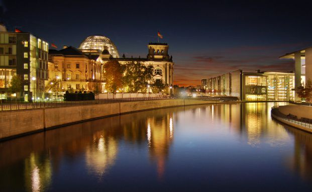 Festbeleuchtung im Reichstagsgeb&auml;ude: Das Anlegerschutzgesetz <br>ist verabschiedet, Quelle: Fotolia