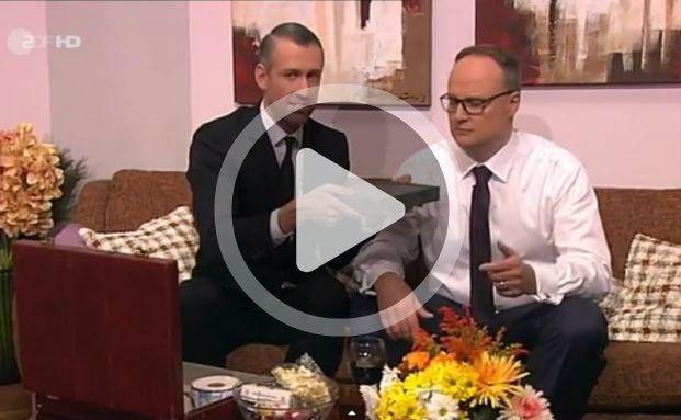 Einmalige Gelegenheit: Autobahn-Verkäufer Sebastian Pufpaff (links) becirct Heute-Show-Moderator Oliver Welke