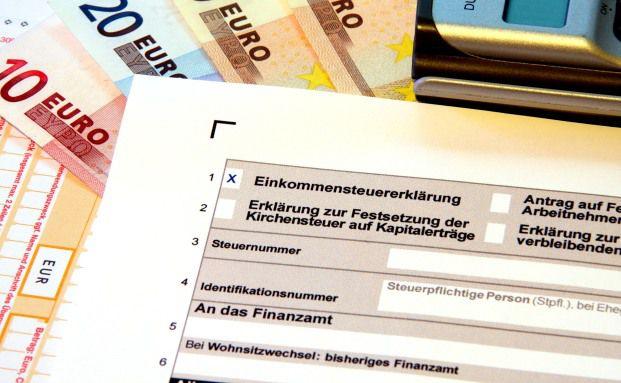 Ein Steuererklärungsformular: Mit einfacheren Vordrucken könnte man der Steuerhinterziehung vorbeugen, meinen 40 Prozent der Deutschen. Quelle: Thorben Wengert/Pixelio