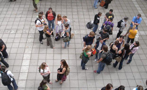 Studenten auf dem Campus: Wer an der richtigen Hochschule studiert, verdient in Zukunft viel Geld. Foto: Sebastian Bernhard/Pixelio