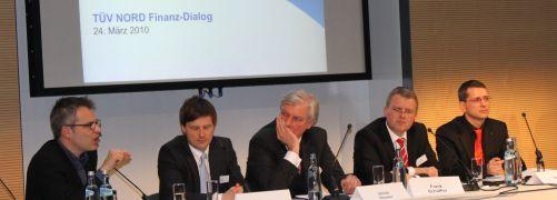 """Die Diskussionsrunde zur Qualitätssicherung im <br>Vertrieb, von links: Gerhard Schick (Bündnis 90/<br>Die Grünen), Moderator Marc Brost (""""Die Zeit""""),<br>Ulrich Hocker, DSW, Frank Schäffler (FDP) und <br>Norman Wirth, AfW."""