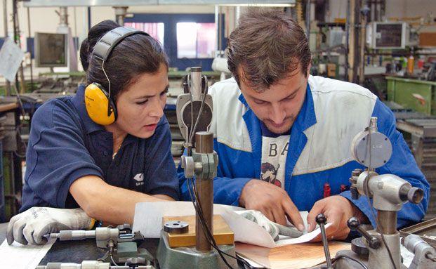 Zwei Arbeiter des Autozulieferers GKN Sinter Metals: 2010 hat das Unternehmen für seine Mitarbeiter eine obligatorische betriebliche Krankenversicherung eingerichtet.