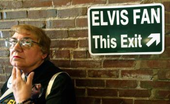 Fan vor dem Elvis Presley's Memphis Souvenir-Laden: Nach dem Weißen Haus ist Graceland das Haus in den USA mit den meisten Besucher. (Foto: Gettty Images)