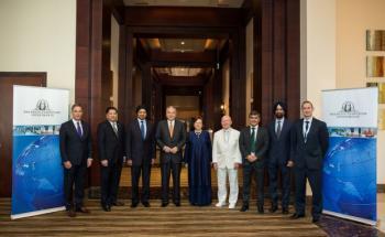 Mark Mobius (4. von rechts) und seine Königliche Hoheit Sultan Nazrin Muizzuddin Shah (4. von links) auf dem Franklin Templeton Islamic Forum in Dubai im Kreis weiterer Teilnehmer von Franklin Templeton und malaysischer Finanzexperten.