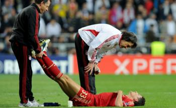 Sportarzt Hans Müller-Wohlfahrt und Stürmer Mario Gomez beim Champions-League-Halbfinale zwischen Real Madrid und Bayern München im April 2012. Foto: Getty Images