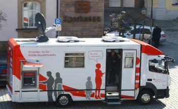 Die mobile Geschäftsstelle der der Sparkasse Kulmbach-Kronach soll kleinere Filialen ersetzen.