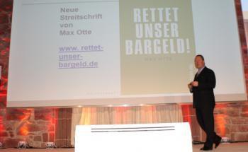 """""""Rettet unser Bargeld"""", ruft Max Otte auf dem Anlegerkongress von Dirk Müller auf. Foto: Svetlana Kerschner"""