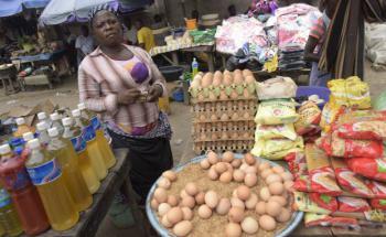Marktstand in Lagos, Nigeria. Die Bevölkerung spürt die Inflation anhand stark ansteigender Lebenshaltungskosten. (Bild: Getty Images)