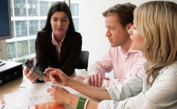 """Eine Interhyp-Beraterin im Kundengespräch: Bei der Studie von ServiceValue und Focus-Money erhielt der Baufinanzierer die Top-Bewertung """"Höchste Weiterempfehlung"""". Foto: Interhyp"""