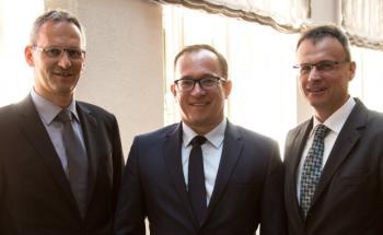 Vorstände der Süddeutschen Aktienbank: Andreas Falger (links) und Frank Bischoff (rechts) sowie Aufsichtsrat Jan Torsten Schmieling auf dem private banking kongress München 2016. Foto: © Christian Scholtysik / Patrick Hipp