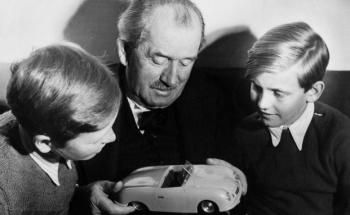Prominente Erben: Sportwagen-Entwickler Ferdinand Porsche mit seinen Enkeln Ferdinand Alexander Porsche (li.) und Ferdinand Piëch. (Foto: obs/VW Volkswagen AG)