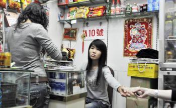 Illegale Geldwechselstube in Shenzhen, China. Die chinesi- <br> sche Regierung versucht, Geldströme ins Land zu kontrollieren. <br> Das Volk antwortet  mit dem Gang in den Untergrund, <br> Quelle: Getty Images
