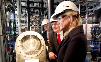 Norwegens Reichtum gründet sich auf Öl: Kronprinzessin <br> Mette-Marit (re.) zusammen mit Ölminister Terje Riis-Johansen <br> (Mitte) bei einer Kraftwerkseröffnung, Quelle: Getty Images