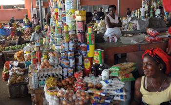 Markt in der angolanischen Provinzhauptstadt Cabinda: <br> Angola erzielt einen Großteil seiner Einnahmen über <br> das Ölgeschäft, Quelle: Getty Images