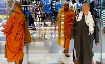 Egal ob in Shanghai, Rio de Janeiro oder - wie hier zu sehen - Kalkutta: Adidas-Stores sind omnipräsent auf den Märkten der Schwellenländer. Aber auch in Europa und den USA. Ein Beleg dafür, dass das Geschäftsmodell erfolgreich ist (Foto: Getty Images)