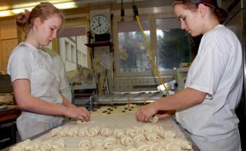 Auszubildende in einer Bäckerei. Noch backen diese <br> Berufseinsteiger kleine Brötchen, doch wahrscheinlich sparen <br> sie schon auf ihre eigene Wohnung.<br> Quelle: Pixelio