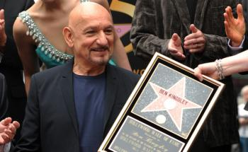 Späte Ehrung auf dem Walk of Fame: Schauspieler Ben Kingsley (Jahrgang 1943) bekommt seine Urkunde. (Foto: Gabriel Bouys/AFP/Getty Images)