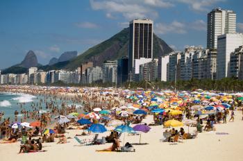 Die Copacabana in Brasilien. Brasilianer schauen durch die Bank weg entspannt in die Zukunft und glauben an eine Verbesserung der eigenen finanziellen Situation. Foto: Fotolia