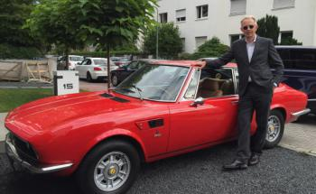 """Schroders-Mann Charles Neus mit seiner """"roten Diva"""" – einem Fiat Dino Coupé 2400"""