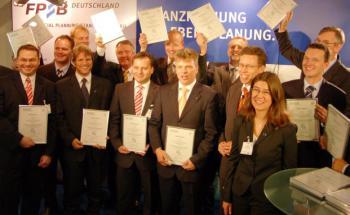 Certified Financial Planner mit ihren neu erworbenen DIN-Zertifikaten <br>auf der DKM. Quelle: FPSB