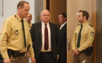 Ein angespannt wirkender Uli Hoeneß betritt den Gerichtssaal. (Foto: Getty Images)