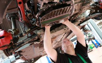 KfZ-Mechatroniker bei der Arbeit: Wer körperlich hart arbeitet, hat ein größeres Berufsunfähigkeitsrisiko. Foto: Tim Reckmann, Pixelio