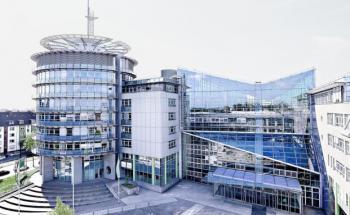 Dieses Gebäude beherbergt ein Versicherungsunternehmen, bei dem sich Arbeitgeber laut Kununu besonders wohl fühlen.