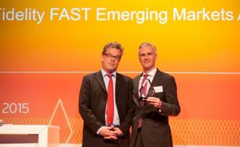 DAS-INVESTMENT-Chefredakteur Malte Dreher überreicht den Award für Fidelity Fast Emerging Markets an Philipp Graf von Königsmarck. Foto: Christian Scholtysik