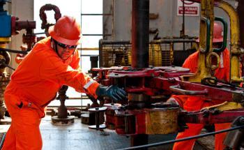 Arbeiter auf der Ölplattform Tonala im Golf von Mexiko. Die Bohrinsel der Firma Petroleos Mexicanos soll rund 850.000 Fässer Öl am Tag fördern. Pemex, wie die Firma auch genannt wird, ist einer der größten Ölförderer Lateinamerikas. Sein Ölreichtum macht Mexiko zum aktuellen Investment-Tipp (Foto: Bloomberg)